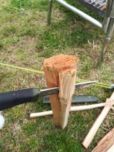 モーラナイフで薪割り